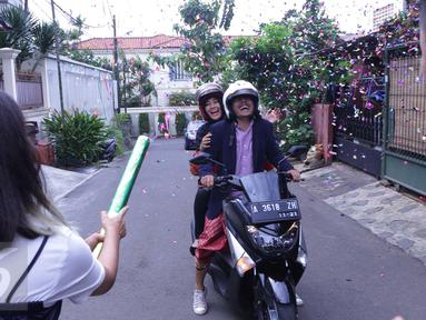Artis senior Ria Irawan bersama sang suami, Mayky Wongkar merayakan pernikahannya usai melangsungkan pernikahan di KUA Lebak Bulus, Jakarta, Jumat (23/12). Ini merupakan pernikahan kedua Ria Irawan. (Liputan6.com/Herman Zakharia)