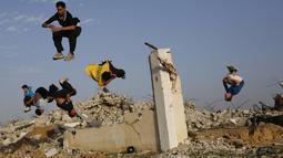 Parkour adalah olahraga gerak bebas. Melompat dari satu gedung ke gedung lain. Foto diambil pada Jumat (14/11/2014) (AFP Photo/Mohammed Abed)