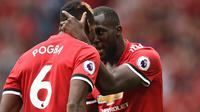Pemain Manchester United, Paul Pogba, merayakan gol yang dicetak Romelu Lukaku gawang West Ham pada laga Premier League di Stadion Old Trafford, Manchester, Minggu (13/8/2017). MU menang 4-0 atas West Ham. (AFP/Oli Scarff)