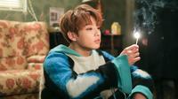 Sudah bukan rahasia umum jika Jungkook BTS ngefans dengan IU. Pada acara Flower Crew, ia mengaku jika IU merupakan tipe idealnya. Pada Melon Music Awards 2017, ia terlihat duduk melihat penampilan IU. (Foto: soompi.com)