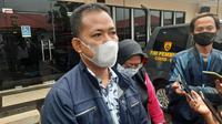 Ayah korban pencabulan anak anggota DPRD Kota Bekasi melaporkan dugaan kekerasan seksual dan penganiayaan yang menimpa putrinya ke Polres Metro Bekasi Kota. (Liputan6.com/Bam Sinulingga)