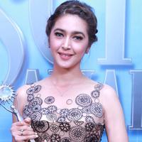 Pemeran Nabila Syakieb tidak menyangka saat namanya diumumkan sebagai pemenang SCTV Awards 2016 dalam kategori Aktris Utama Paling Ngetop. Ini merupakan piala keduanya dalam sinetron yang sama. (Adrian Putra/Bintang.com)
