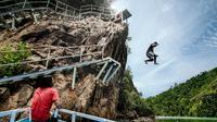 Tersedia pilihan ketinggian untuk lompat tebing di sekitar Mandeh yang berlokasi di Pesisir Selatan, Sumbar. (dok. Kementerian Pariwisata/Dinny Mutiah)