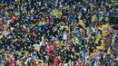 Suporter merayakan kemenangan Ukraina atas Portugal pada laga Kualifikasi Piala Eropa 2020 di Stadion NSK Olimpiyskyi, Kiev, Senin (14/10). Ukraina menang 2-1 atas Portugal. (AFP/Genya Savilov)