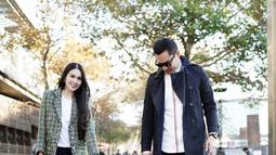 Sandra Dewi tampak masih langsing di usia kandungan 6 bulan saat liburan ke Melbourne. Mereka berdua menggandeng tangan anaknya yang sama sama memakai baju kaos putih polos dengan jaket biru dongker.(Liputan6.com/IG/@sandradewi88)
