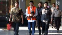 Bupati Kudus, Muhammad Tamzil (kedua kiri) digiring petugas usai menjalani pemeriksaan terkait dugaan suap pengisian jabatan perangkat daerah di lingkungan Pemkab Kudus, Gedung KPK Jakarta, Sabtu (27/7/2019). Dalam kasus ini, KPK menetapkan tiga tersangka. (Liputan6.com/Helmi Fithriansyah)