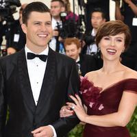 Aktris Scarlett Johansson menggandeng kekasihnya Colin Jost saat tiba di Met Gala 2018 di Metropolitan Museum of Art di New York (7/5). (AFP/Hector Retamal)