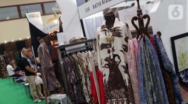 Pengunjung melihat-lihat koleksi batik yang dipamerkan pada Interior and Craft (ICRA) Exhibition 2019 yang dihelat di Hall A Jakarta Convention Center (JCC), Senayan, Jakarta, Minggu (6/10/2019). Ratusan motif batik dari berbagai daerah dipamerkan pada ajang ini. (Liputan6.com/Helmi Fithriansyah)