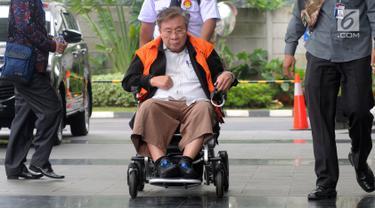 Dirut PT. WKE, Budi Suharto saat tiba menggunakan kursi roda di Gedung KPK, Jakarta, Senin (14/1). Budi Suharto diperiksa sebagai tersangka kasus suap sejumlah proyek pembangunan Sistem Penyediaan Air Minum (SPAM). (merdeka.com/Dwi Narwoko)