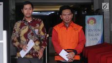 Sekretaris Dinas PUPR Kabupaten Mesuji Wawan Suhendra (kanan) usai menjalani pemeriksaan di Gedung KPK, Jakarta, Kamis (18/4). Wawan diperiksa sebagai tersangka terkait dugaan fee suap proyek infrastruktur di Kabupaten Mesuji. (merdeka.com/Dwi Narwoko)