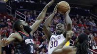 Aksi pemain Los Angeles Lakers, Julius Randle (30) melakukan tembakan saat diadang pemain Rockets pada lanjutan NBA basketball game di Toyota Center, Houton, (31/12/2017). Rockets menang 148-142. (AP/Michael Wyke)