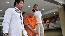 Polisi menggiring tersangka praktik prostitusi saat rilis di Mapolda Metro Jaya, Jakarta, Rabu (8/8). Polisi meringkus tiga tersangka muncikari yakni SBR, TM, dan RMV. (Merdeka.com/Iqbal Nugroho)