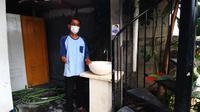 Beni Agus Prasetyo membuat wastafel injak untuk bisa berpenghasilan di tengah kondisi pandemi. Meski tak memiliki tangan kanan, kerja kerasnya membuat dia sukses dan kini bisa membuka lapangan kerja untuk orang lain. (Foto: Liputan6.com).