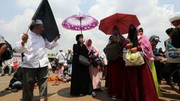 Sejumlah orang dari ormas Islam menggelar aksi unjuk rasa di depan Gedung DPR, Jalan Gatot Subroto, Jakarta, Selasa (24/10). Aksi tolak Perppu No 2 tahun 2017 tentang Ormas tersebut digalang oleh sejumlah ormas. (Liputan6.com/JohanTallo)