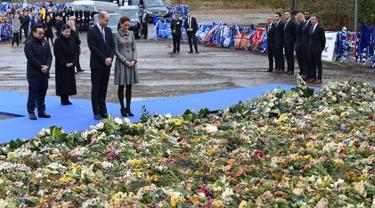 Pangeran William dan Kate Middleton mendatangi lokasi jatuhnya helikopter di luar Stadion King Power, Leicester, Rabu (28/11). William dan Kate memberikan penghormatan kepada korban tewas dalam kecelakaan helikopter pada 27 Oktober 2018. (Paul ELLIS/AFP)