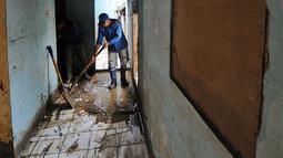Pasukan biru membersihkan lumpur dalam rumah warga usai banjir melanda kawasan Balekambang, Kramatjati, Jakarta Timur, Selasa (30/4/2019). Sejumlah rumah warga di RT 005/RW 005 Balekambang rusak diterjang banjir yang terjadi pada 27 April 2019 lalu.(Www.sulawesita.com)