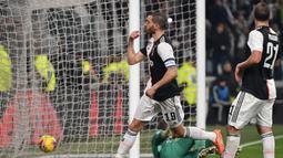 Pemain Juventus Leonardo Bonucci (tengah) melakukan selebrasi setelah mencetak gol ke gawang AS Roma pada pertandingan Coppa Italia di Turin, Italia, Rabu (22/1/2020). Juventus menggilas AS Roma 3-1 dan berhasil lolos ke semifinal. (Marco Bertorello/AFP)