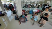 Aktivitas pemudik di masjid Rest Area Km 228A Tol Kanci-Pejagan, Cirebon, Jawa Barat, Sabtu (1/6/2019). Rest area ini memiliki 308 toilet dan fasilitas lainnya seperti masjid, rumah makan, dan lain-lainnya. (Liputan6.com/Herman Zakharia)