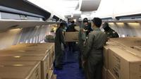 Ribuan APD yang dibawa dengan pesawat TNI AU tiba di Lanud Sam Ratulangi Manado.