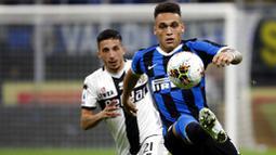 Striker Inter Milan, Lautaro Martinez, mengontrol bola saat melawan Parma pada laga Serie A di Stadion Giuseppe Meazza, Sabtu (26/10). Kedua tim bermain imbang 2-2. (AP/Antonio Calanni)
