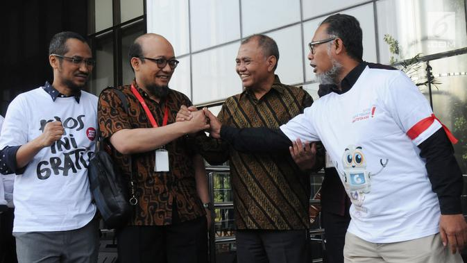 Penyidik senior KPK Novel Baswedan (dua kiri) berjabat tangan dengan mantan Wakil Ketua KPK Bambang Widjojanto (kanan) di Gedung KPK, Jakarta, Jumat (27/7). Novel disambut langsung oleh Ketua KPK Agus Rahardjo dan jajarannya. (Merdeka.com/Dwi Narwoko)