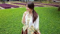Nabilah berpose dengan kebaya dan rok batiknya, menunjukkan betapa bangganya menjadi orang Jawa. (dok. instagram.com/nblh.ayu/https://www.instagram.com/p/BfPho6qB5qU/Esther Novita Inochi)