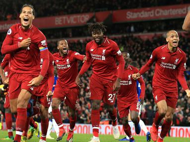 Penyerang Liverpool Divock Origi ( tengah) berselebrasi bersama rekan-rekannya usai mencetak gol pada menit ke-96  melawan Everton pada lanjutan Liga Inggris di Anfield Stadium (2/12). Liverpool menang tipis 1-0 atas Everton. (AP Photo / Jon Super)