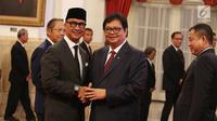 Menteri Perindustrian Airlangga Hartarto dan Menteri ESDM Ignasius Jonan memberikan ucapan selamat kepada Agus Gumiwang Kartasasmita usai dilantik sebagai Menteri Sosial di Istana Negara, Jakarta, Jumat (24/8).(Liputan6/Pool/Gar)
