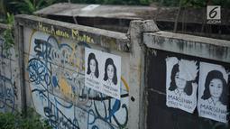 Poster bergambar aktivis Marsinah tertempel pada pagar di kawasan Beji, Depok, Jawa Barat, Selasa (18/6/2019). Poster tersebut mengingatkan masyarakat masih ada pekerjaan rumah pemerintah berupa pelanggaran HAM berat yang belum tuntas hingga kini. (Liputan6.com/Immanuel Antonius)
