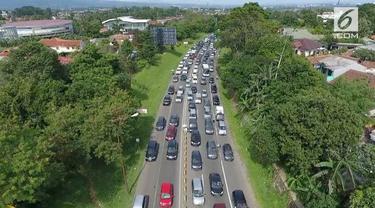 Hari Selasa (19/6), kemacetan panjang masih terjadi di jalur puncak. Ribuan mobil tersendat selama beberapa jam.