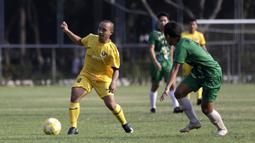 Gelandang Vamos Indonesia, Iqbal, berusaha melewati pemain PS Tira Persikabo U-18 pada pertandingan persahabatan di Lapangan A GBK, Jakarta, Rabu (29/5). Kedua klub bermain imbang 1-1. (Bola.com/Yoppy Renato)
