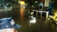 Banjir setinggi 80 cm terjadi di Aspol Pondok Karya, Mampang Prapatan, Jakarta Selatan. (Foto: TMCPoldaMetroJaya)