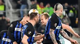 Duel antar Martinez dan pemain Rapid Wina, Sonnleitner pada leg 1, 32 besar Liga Europa yang berlangsung di stadion Allianz, Wina, Jumat (15/2). Inter Milan menang 1-0 atas Rapid Wina. (AFP/Joe Klamar)