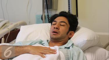 Aktor Reza Rahadian terbaring di Rumah Sakit Medistra, Jakarta, Kamis (31/03/2016). Reza jatuh sakit saat menjalani syuting film Rudy Habibie pada Senin (28/3). (Liputan6.com/Herman Zakharia)