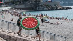 Orang-orang menikmati suasana di sebuah pantai yang ada di Nice, Prancis selatan, pada Rabu (22/7/2020). Banyak pengunjung memadati Nice selama liburan musim panas di tengah pandemi COVID-19. (Xinhua/Serge Haouzi)
