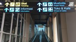 Penumpang berada di sekitar Stasiun Sudirman Baru, Jakarta, Rabu (7/2). Longsor yang terjadi pada underpass di Jalan Perimeter Selatan Bandara Soekarno-Hatta membuat operasional kereta bandara harus dihentikan. (Liputan6.com/Immanuel Antonius)