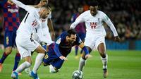 Gelandang Barcelona, Lionel Messi, dijatuhkan gelandang Granada, Maxime Gonalons, pada laga La Liga di Stadion Camp Nou, Barcelona, Minggu (19/1). Barcelona menang 1-0 atas Granada. (AFP/Lluis Gene)