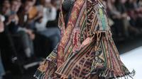 Menteri KKP, Susi Pudjiastuti memperagakan busana rancangan Anne Avantie pada Jakarta Fashion Week 2019 di Senayan City, Selasa (23/10). Susi hadir dibalut bustier hitam dan outer tenun beraksen rumbai karya Anne Avantie. (Liputan6.com/Faizal Fanani)