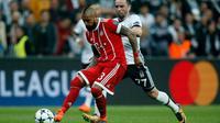 Pemain Bayern Munchen Arturo Vidal berusaha mempertahankan bola dari pemain Besiktas Gokhan Gonul saat pertandingan Liga Champions leg kedua di stadion Vodafone Arena di Istanbul (14/3). (AP Photo / Lefteris Pitarakis)