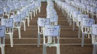Seribu kursi yang melambangkan jumlah kematian COVID-19 diletakkan di Rabin Square, Tel Aviv, Senin (7/9/2020). Kasus COVID-19 di Israel terus bertambah hingga membuat pemerintah setempat memberlakukan jam malam untuk mengantisipasi meningkatnya kasus virus corona. (AP Photo/Sebastian Scheiner)