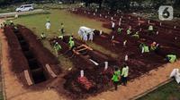 Foto udara area khusus pemakaman jenazah dengan protokol COVID-19 di TPU Bambu Apus, Jakarta, Jumat (22/1/2021). Lahan pemakaman khusus dengan luas 3.000 meter persegi di TPU Bambu Apus ini diperkirakan mampu menampung 700 jenazah dengan protokol COVID-19. (Liputan6.com/Helmi Fithriansyah)