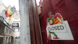 Tanda tutup terpasang di pintu sebuah bar di Brussel, Belgia (2/11/2020). Mulai 2 November, Belgia menerapkan lockdown (karantina wilayah) yang lebih ketat, dengan sejumlah aturan diberlakukan di seluruh negara tersebut untuk memerangi COVID-19. (Xinhua/Zheng Huansong)