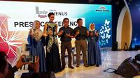 Atiqah Hasiholan saat tampil dalam acara Marks' dan Venus Cosmetic Kalbe Farma (Liputan6.com/Komarudin)