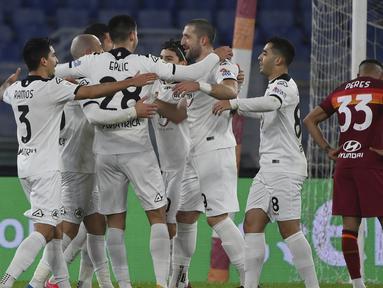 Para pemain Spezia merayakan gol kedua yang dibuat gelandang Riccardo Saponara ke gawang AS Roma dalam laga babak 16 besar Coppa Italia 2020/21 di Olimpico Stadium, Roma, Selasa (19/1/2021). Spezia menang 4-2 (2-2) atas AS Roma melalui extra time. (LaPresse via AP/Alfredo Falcone)