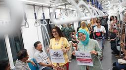 Wanita yang tergabung dalam Gerakan Nasional #SelasaBerkebaya melakukan kampanye berkebaya di Stasiun MRT Dukuh Atas, Jakarta, Selasa (25/6/2019). Kegiatan kampanye tersebut untuk mengembalikan jati diri bangsa Indonesia dengan berkebaya di setiap hari Selasa.(Www.sulawesita.com)
