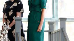 Istri Presiden AS, Donald Trump, Melania Trump mendampingi istri Perdana Menteri Jepang Shinzo Abe, Akie saat berkunjung ke Museum Flagler di Palm Beach, Florida (18/4). Kunjungan kedua Abe tersebut untuk membahas perdagangan dan keamanan.(AFP/Rhona Wise)