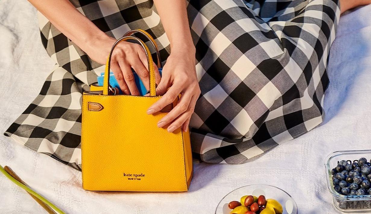 Memasuki musim gugur 2021, Kate Spade New York menghadirkan siluet handbag Lane yang terbaru, yaitu klasik dengan material durable. Mempersiapkan perempuan untuk kembali beraktivitas, Lane akan menjadi pilihan terbaik. Foto: Document/Kate Spade New York.