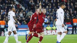 Gelandang Liverpool, James Milner, melakukan selebrasi usai membobol gawang Paris Saint Germain (PSG) pada laga Liga Champions di Stadion Parc des Princes, Paris, Rabu (28/11). PSG menang 2-1. (AP/Francois Mori)