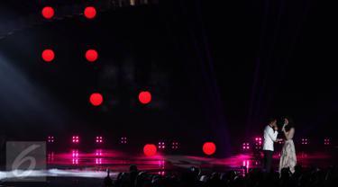 Afgan dan Raisa berkolaborasi dalam sebuah single berjudul Percayalah pada malam puncak HUT 26 SCTV di Istora Senayan, Jakarta, Rabu (24/8). Kolaborasi menyentuh ini membuat penonton terbawa suasana menjadi melow. (Liputan6.com/Herman Zakharia)