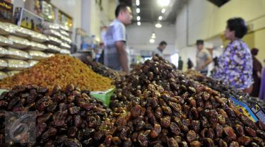 Buah kurma yang dijajakan di salah satu kios pasar Tanah Abang, Jakarta, Jumat (10/6). Menurut pedagang, penjualan kurma di bulan Ramadan mengalami peningkatan hingga dua kali lipat dibandingkan hari biasanya. (Liputan6.com/Johan Tallo)